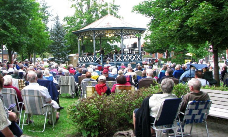 The crowd sround the Gazebo where the Country Versatiles perform